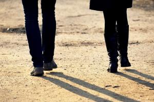 Il primo passo dell'autostima: uno spostamento di sguardo e un movimento indietro